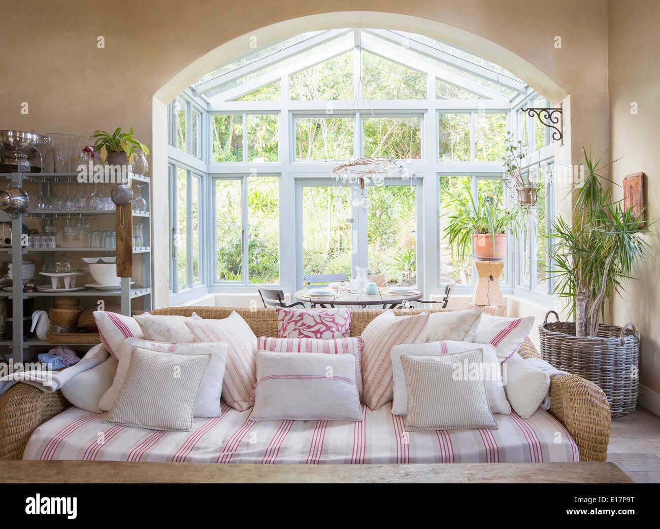Shabby chic Wohnzimmer und Wintergarten Stockfoto, Bild: 69627316 ...