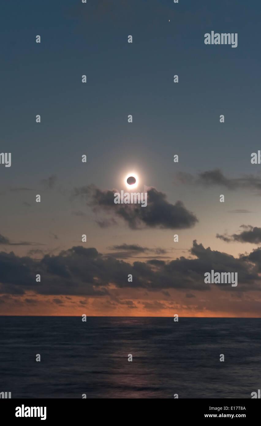 21. Juli 2009 totale Sonnenfinsternis in der Nähe von Dritten Kontakt da Schatten den Horizont verlässt und die Sonne kommt auf uns zu treffen Stockbild