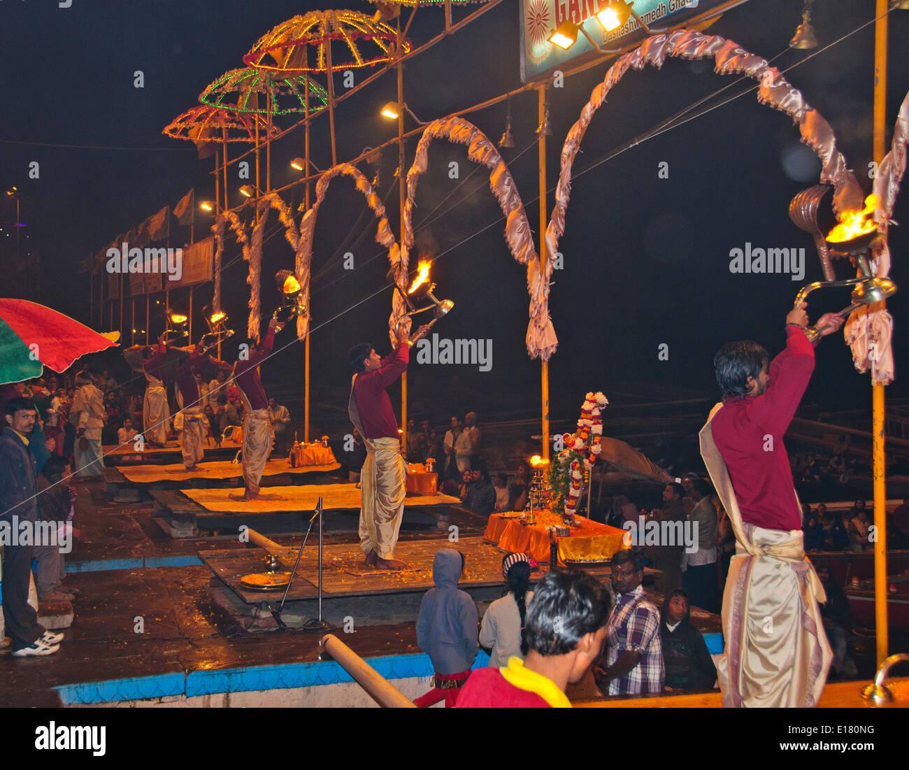 Ganga Fluß, der Ganges, Ghats, Abend Aarti Begrüßungen zum Fluss, Öllampen, Glocken, Gesänge, Varanasi, Benares, Stockfoto