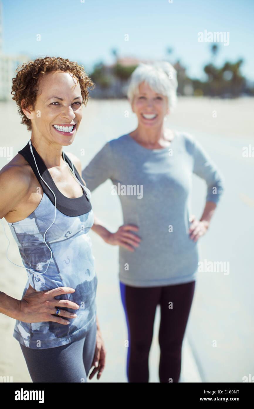 Porträt von lächelnden Frauen in Sportbekleidung im freien Stockfoto