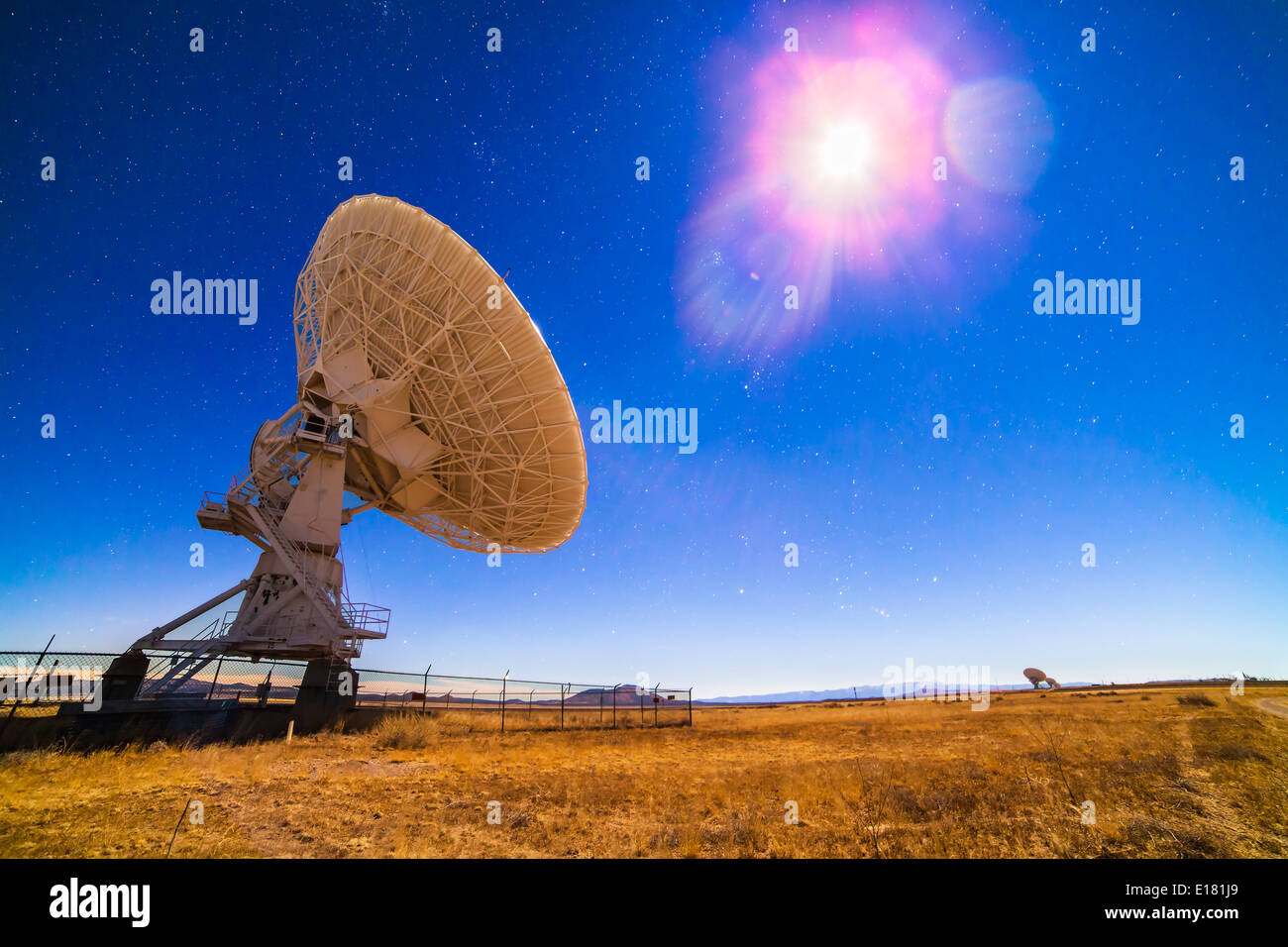 Eine der 27 Antennen des Very Large Array (VLA) Radio Telescope Komplex in New Mexico (zusammen mit anderen in der Ferne zu niedrigeren Stockbild