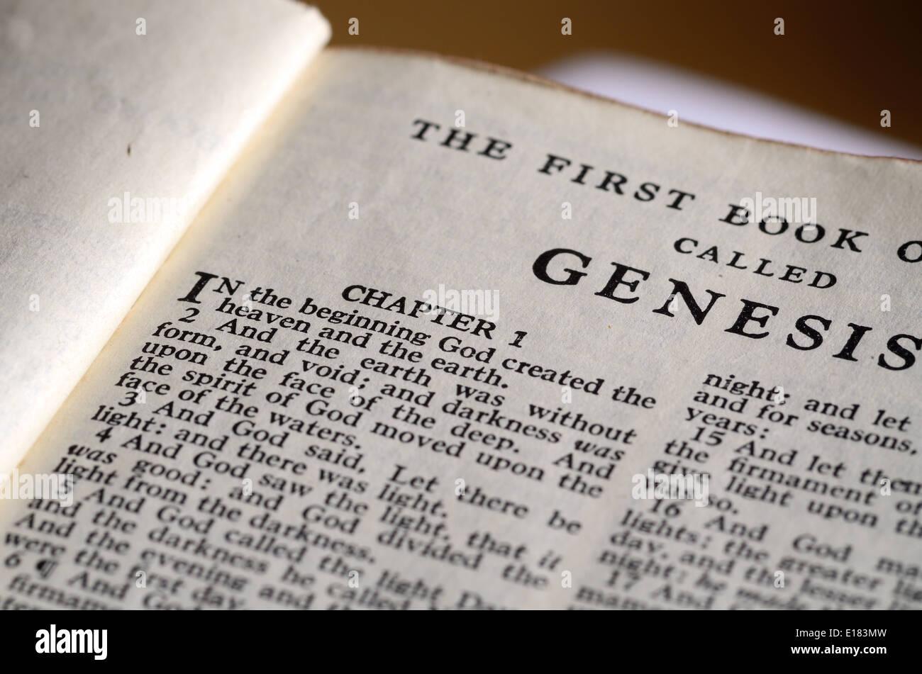Bibel zu öffnen, auf der ersten Seite des Buches Genesis Stockbild