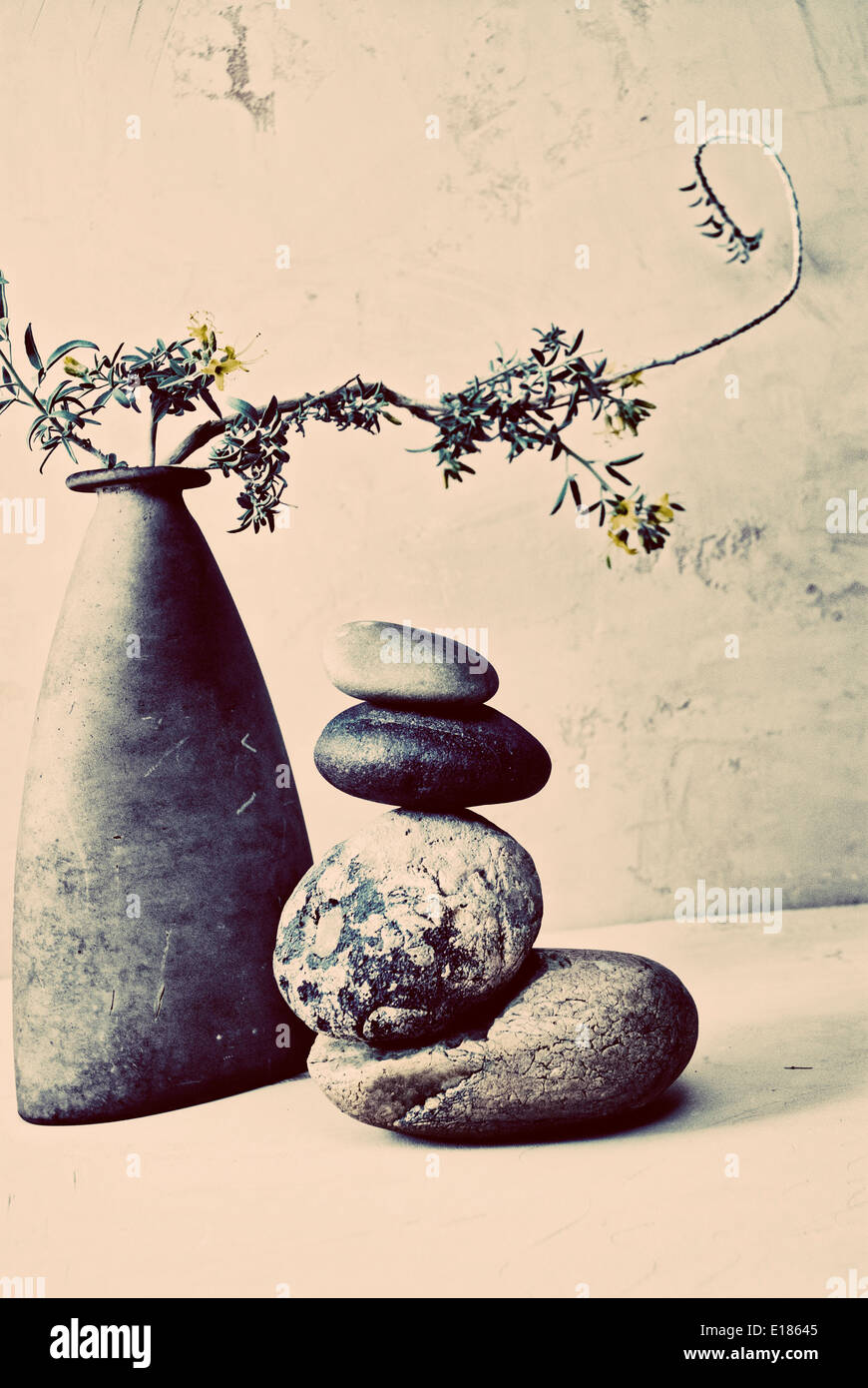 Wabi-Sabi Stillleben Fotografie mit Steinen und Vase. Stockbild