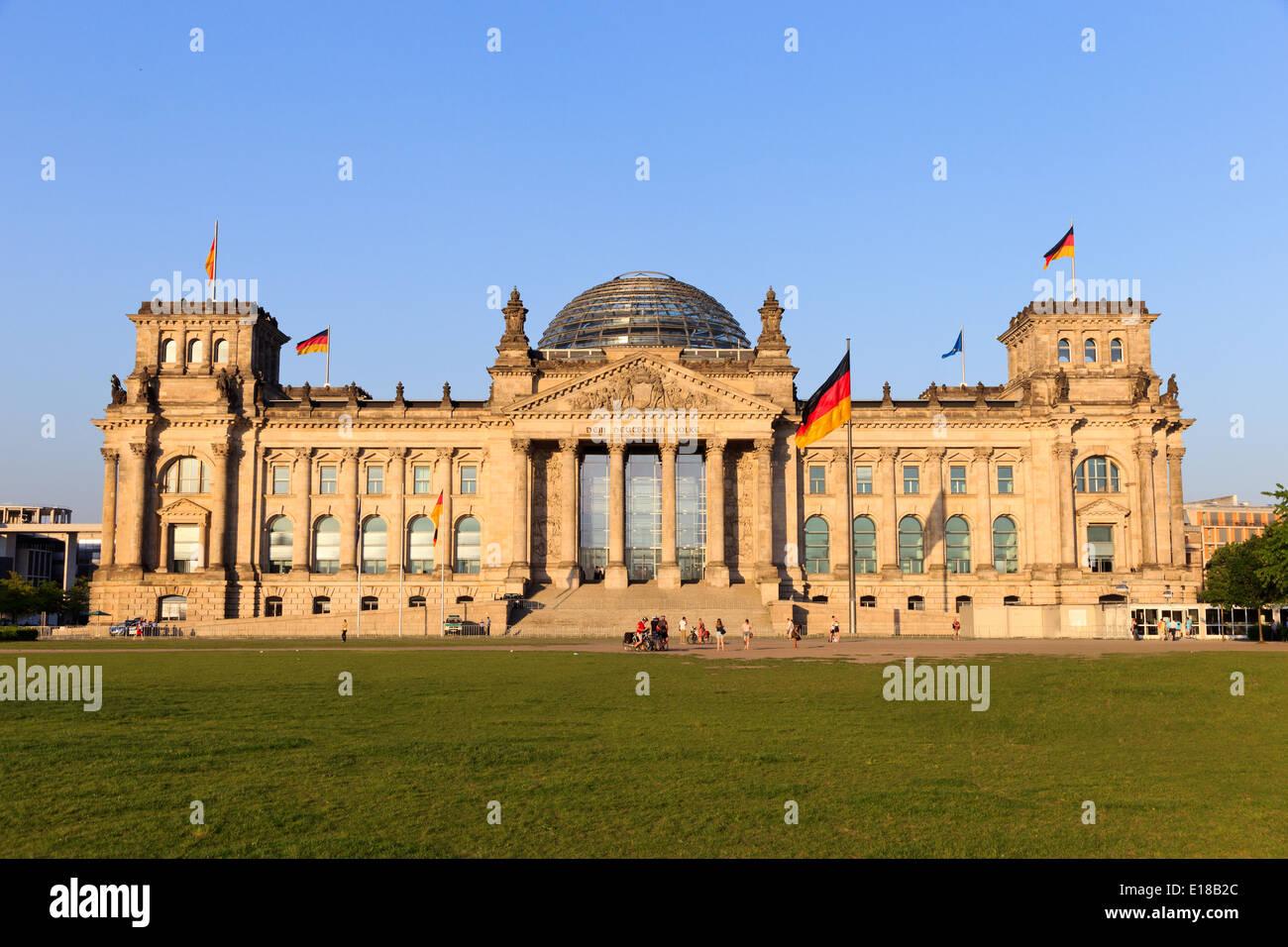 Das Reichstagsgebäude in Berlin: Bundestag Stockbild