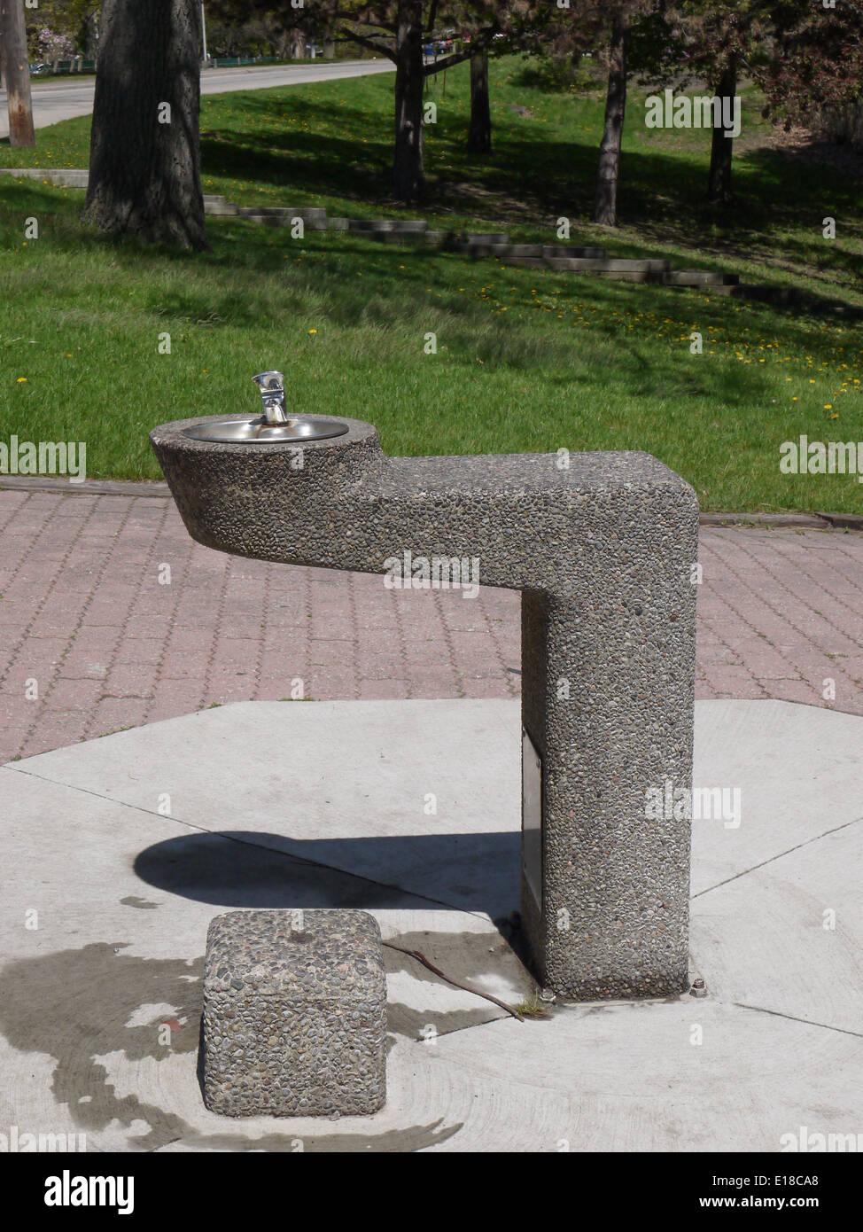 trinken wasser brunnen outdoor wasserhahn sommer stockfoto, bild