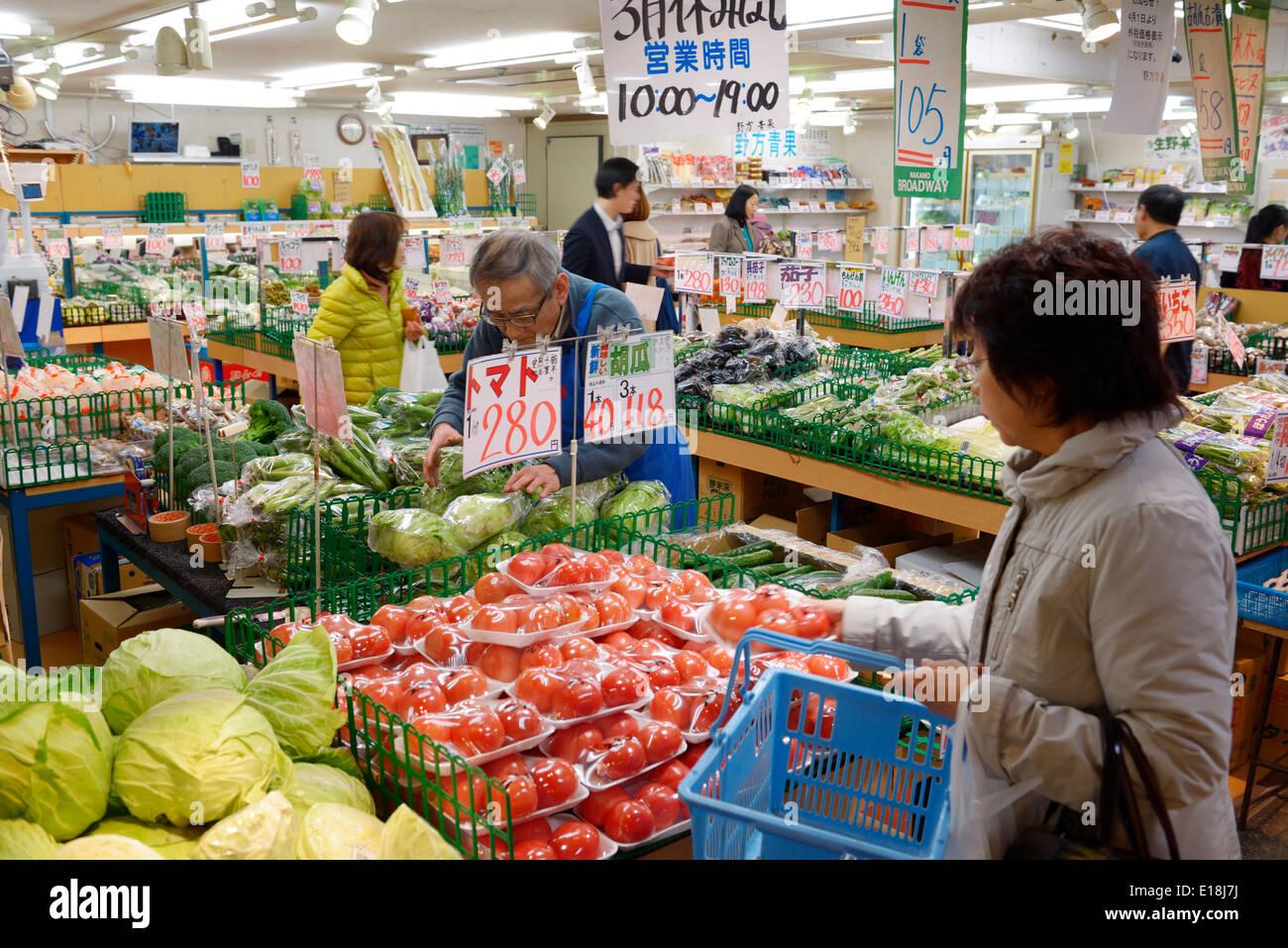 Menschen im japanischen Supermarkt. Tokio, Japan. Stockbild