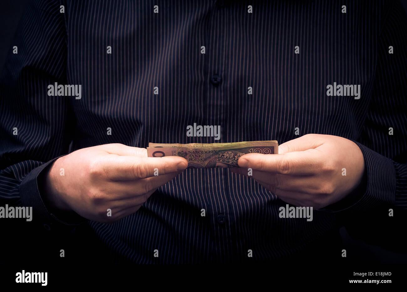 Ein Mann hält in den Händen der polnischen Geld Stockbild