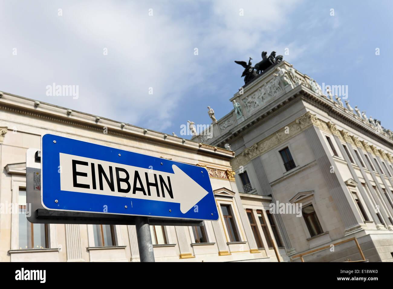 ÷sterreich, Wien, Parlament. AUSSENAUFNAHME Mit Einem Einbahn Schild Stockbild