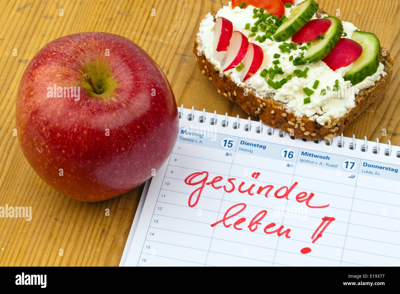 Apfel, Massband, Brot Mit Gem¸se Und Einem Kalender. Guter Vorsatz Zur Gesunden Ern?hrung Stockbild