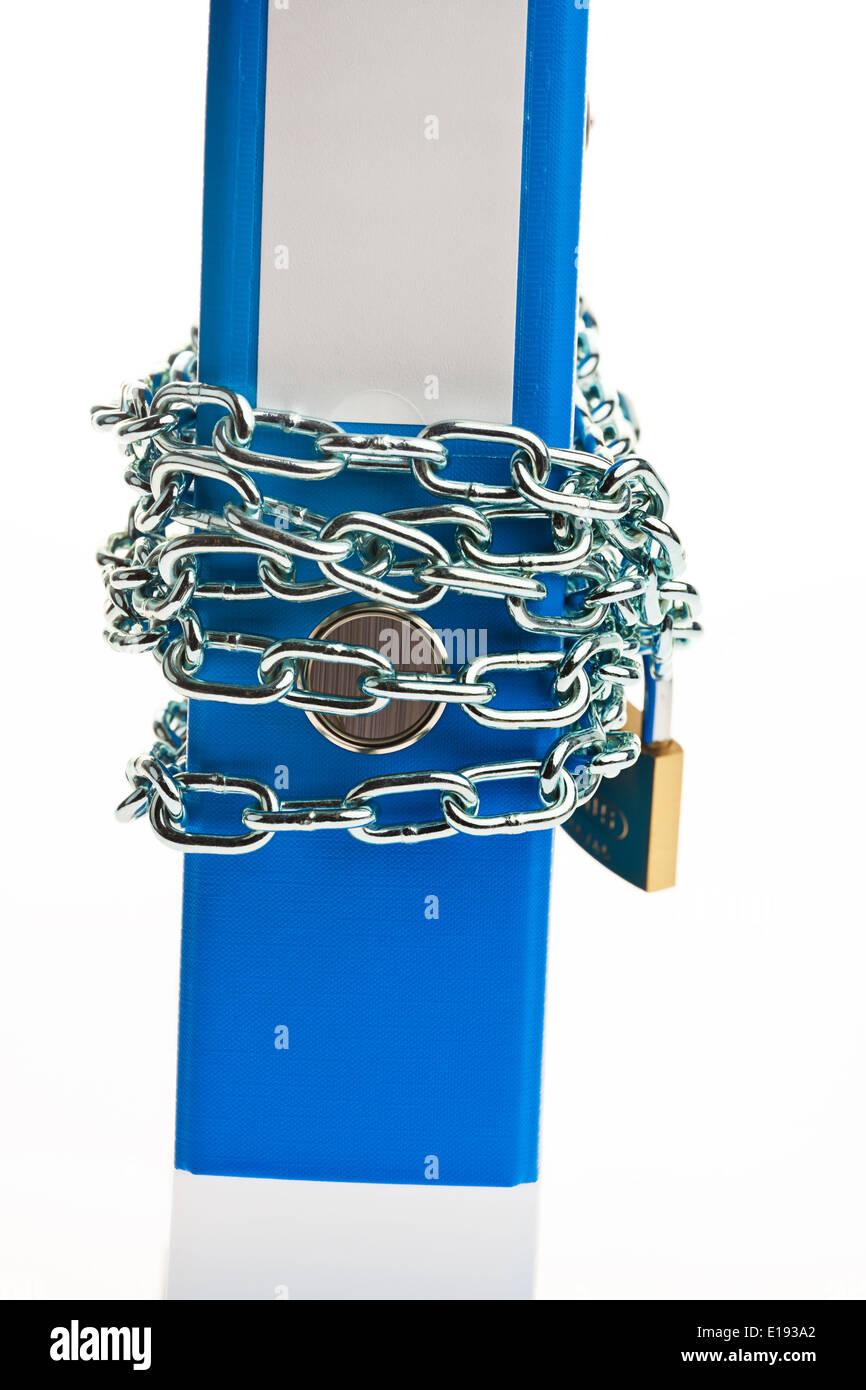 Ein Aktenordner Mit Kette Und Vorhangschloss Verschlossen. Datenschutz Und Datensicherheit. Stockbild