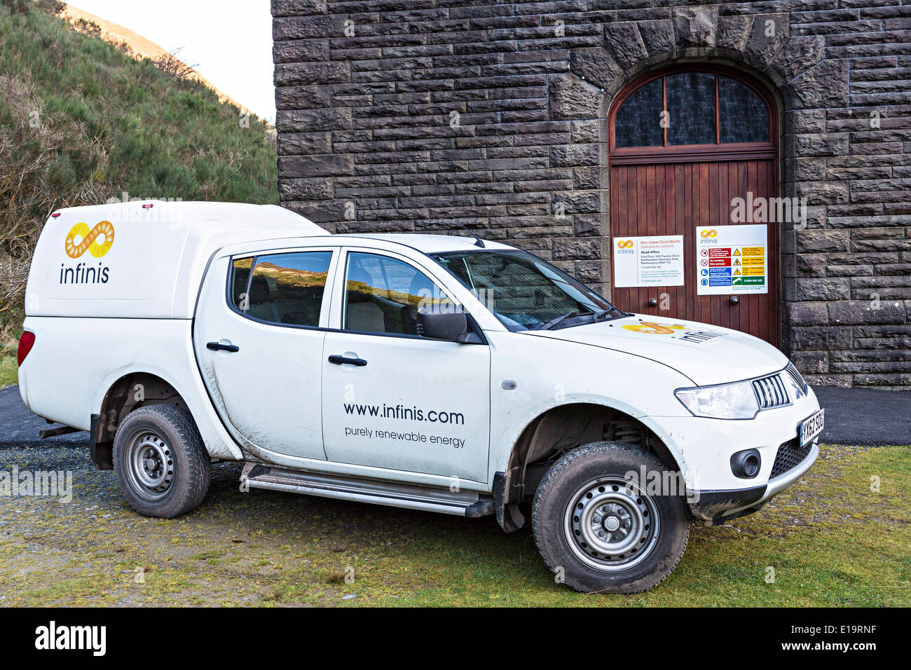 Infinitis erneuerbare Energien van an Elan Valley Reservoir, Powys, Wales, UK Stockbild