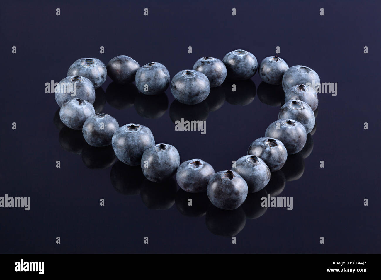 Frische Heidelbeeren in der Form eines Herzens angeordnet Stockbild