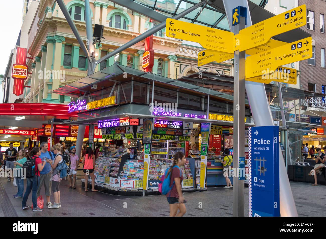 Brisbane Australia Queensland Central Business District CBD Queen Street Mall shopping Promenade Mann Frau Rankins Nachrichtenagentur Kiosk Neon Schild sig Stockbild