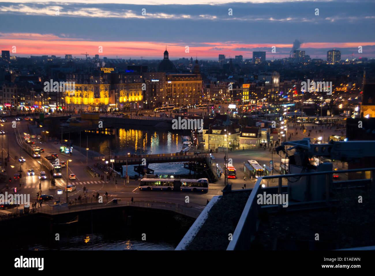 Licht Tour Amsterdam : Erhöhte ansicht von amsterdam bahnhofsbereich nachts mit licht