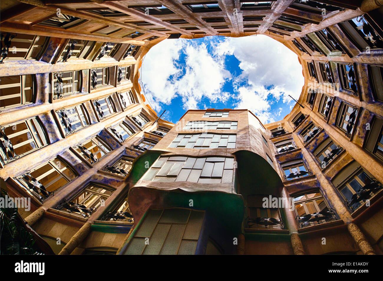 Blick in den Himmel von La Pedrera, Barcelona, Katalonien, Spanien Stockbild