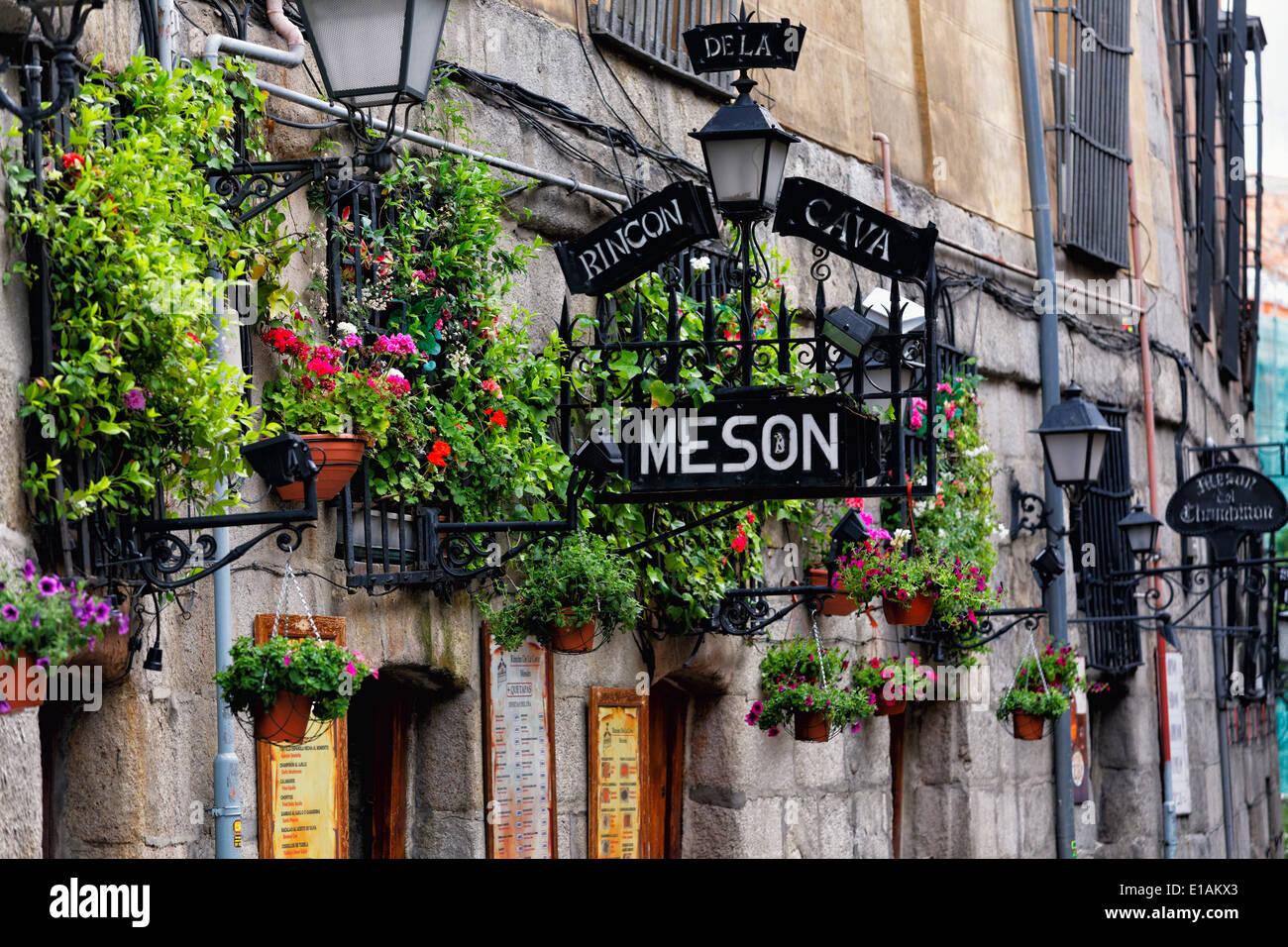 Eintritt Zeichen von Tapas Restaurant Mesón Rincón De La Cavas, Madrid, Spanien. Stockbild