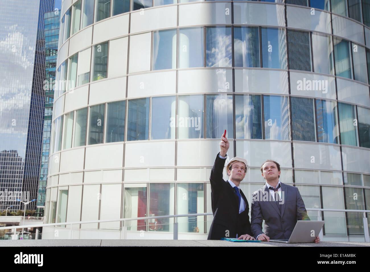 zwei Architekten diskutieren über neues Projekt Stockbild