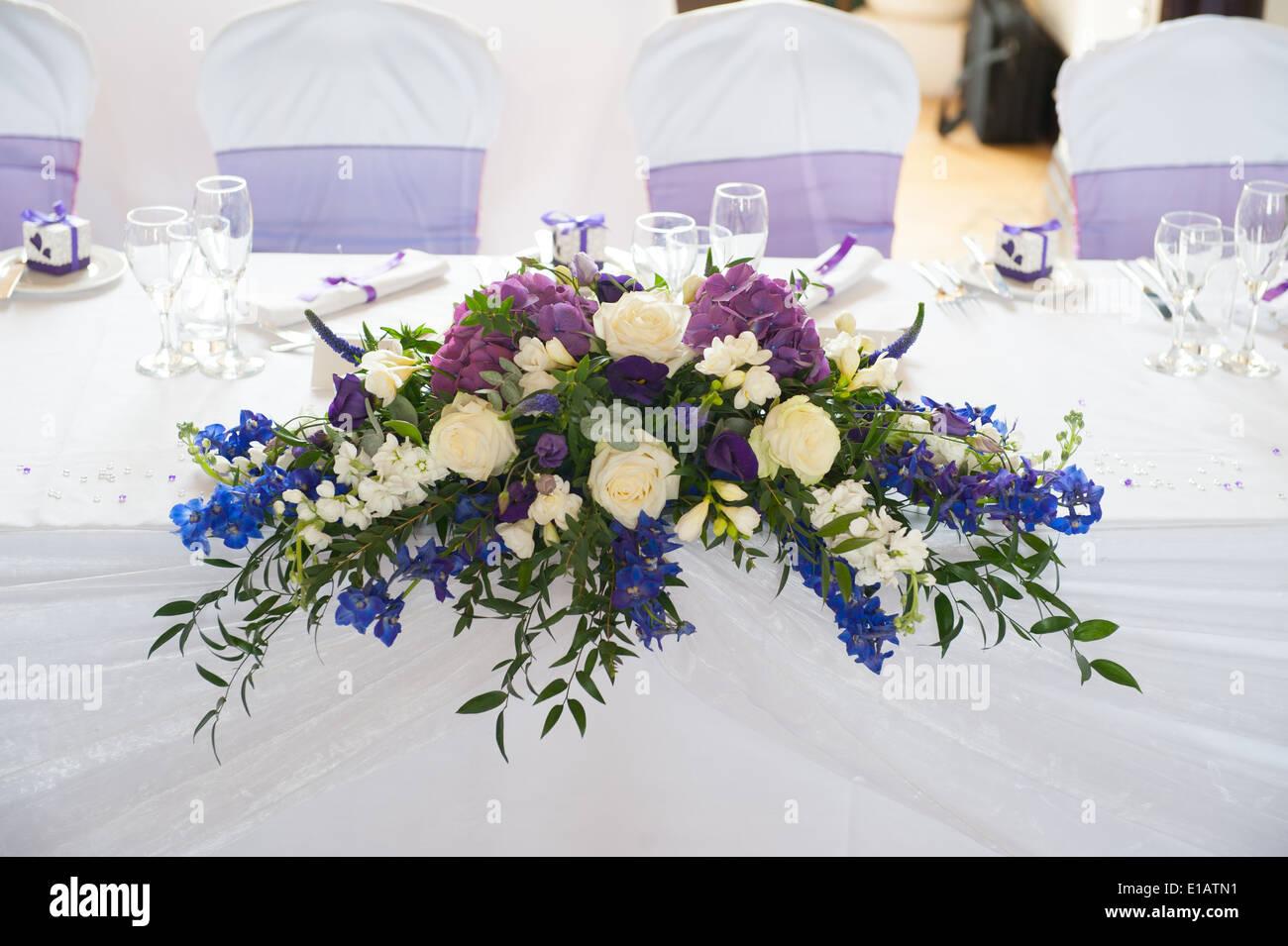 Hochzeit Tisch Blumen In Weiss Und Lila Stockfoto Bild 69695053 Alamy