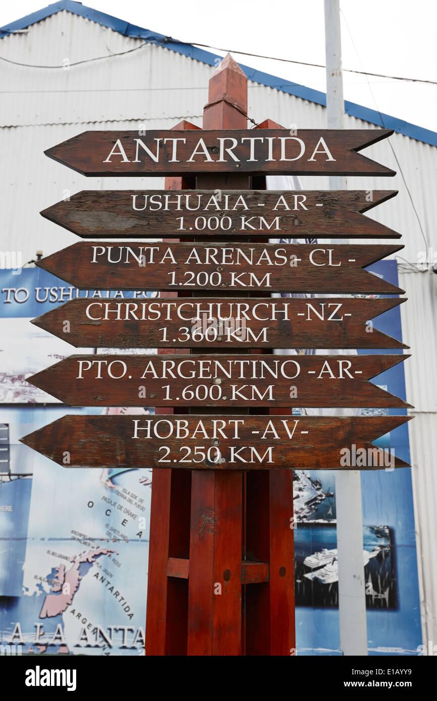 Entfernungsmarker für verschiedene Punkte aus der Antarktis Ushuaia Argentinien Stockbild