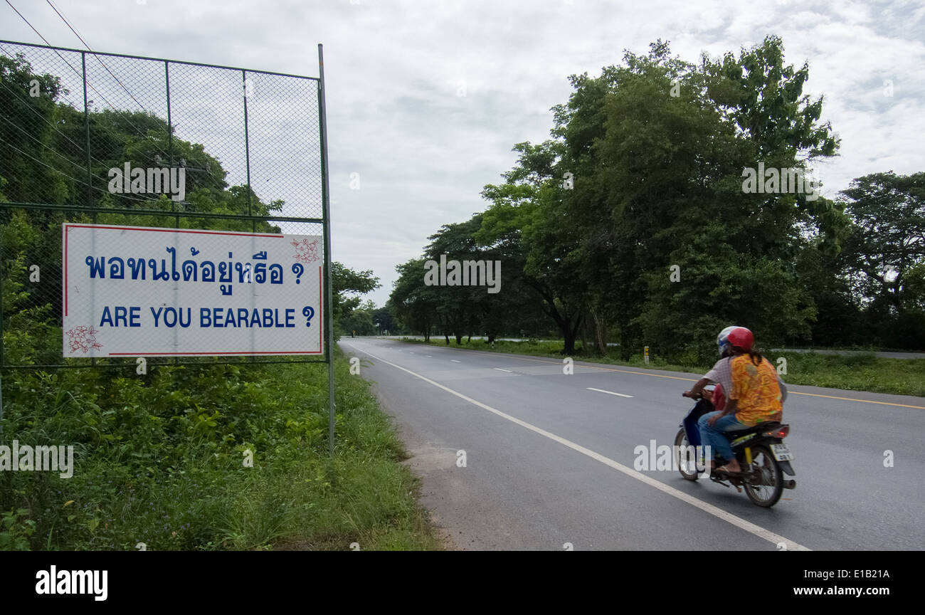 Amüsante Straßenschild entdeckt in Thailand Stockfoto