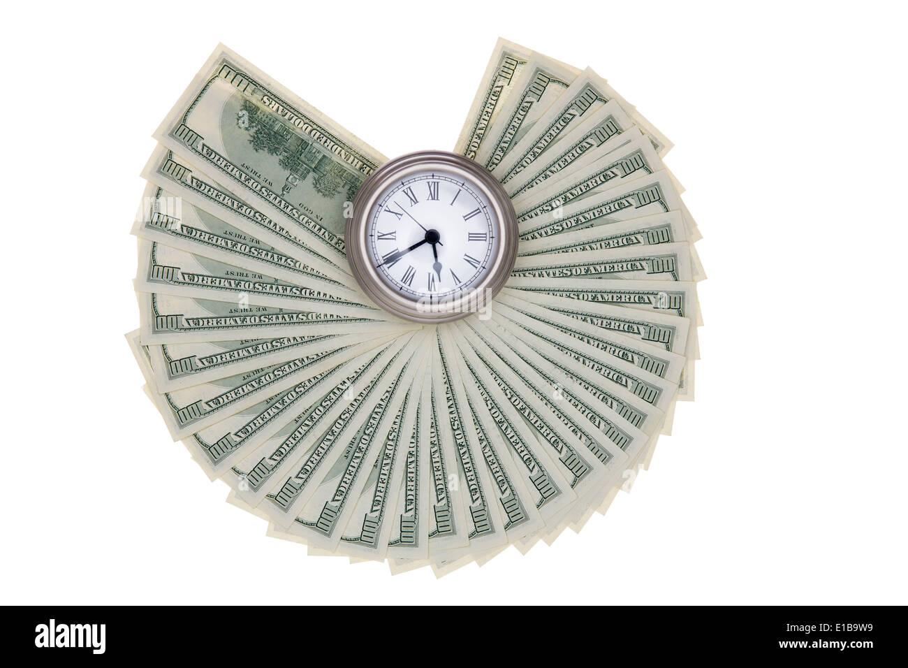 Amerikanische Dollarscheine aufgefächert um eine Taschenuhr, die isoliert auf einem weißen Hintergrund in einem Finanzkonzept Darstellung timing Stockbild