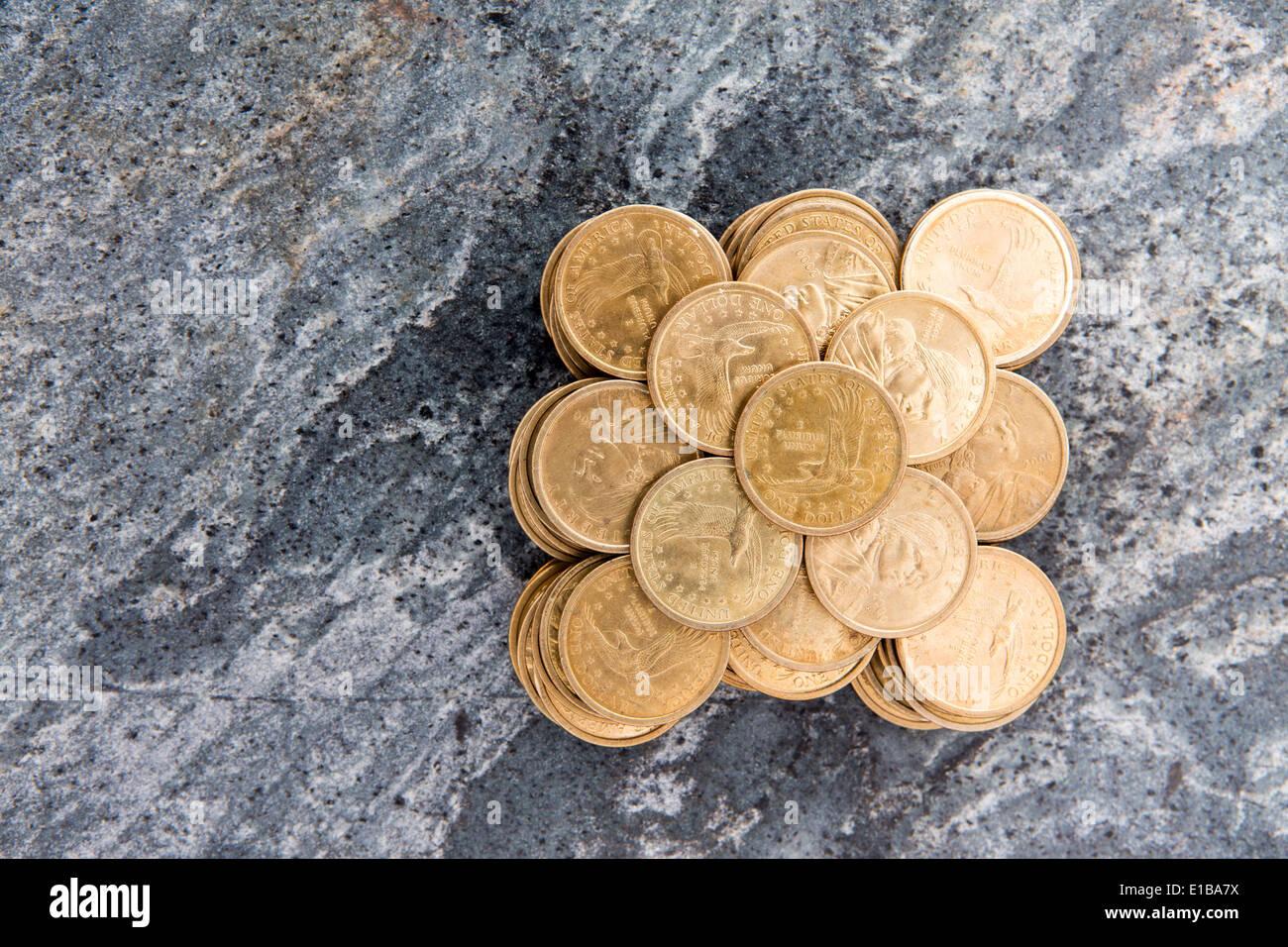 Overhead konzeptionelle finanziellen Hintergrundbild von einem Haufen von fein säuberlich gestapelt Dollar-Münzen in einem symmetrischen Muster auf einem s angeordnet Stockbild
