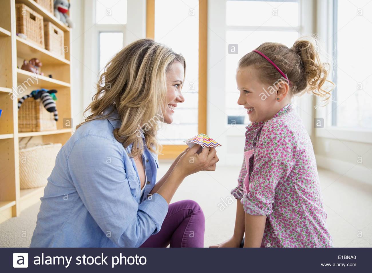 Mutter und Tochter mit Origami Wahrsagerin Stockbild