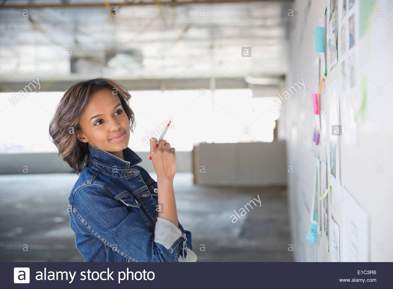 Zuversichtlich Geschäftsfrau brainstorming am Brett im neuen Büro Stockbild