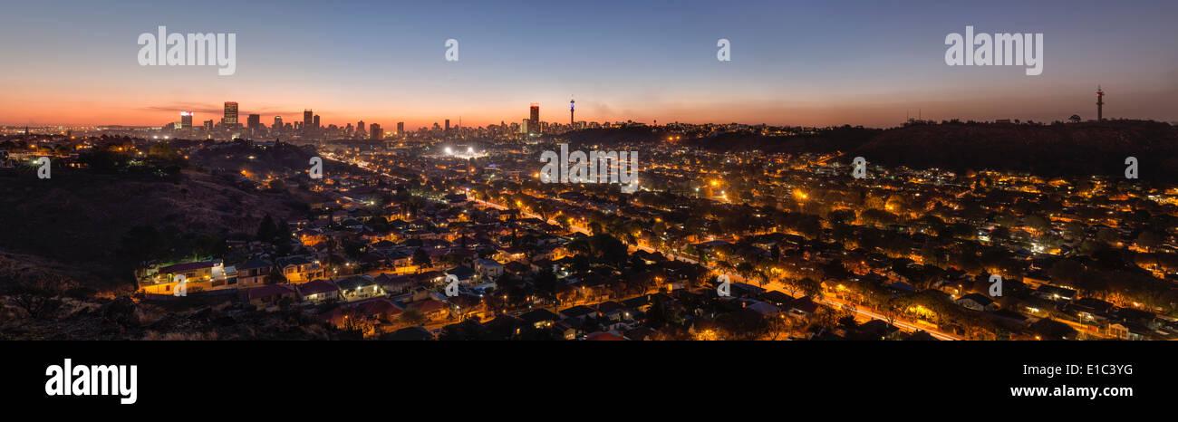 Panoramablick über Johannesburg Skyline bei Nacht. Südafrika Stockbild