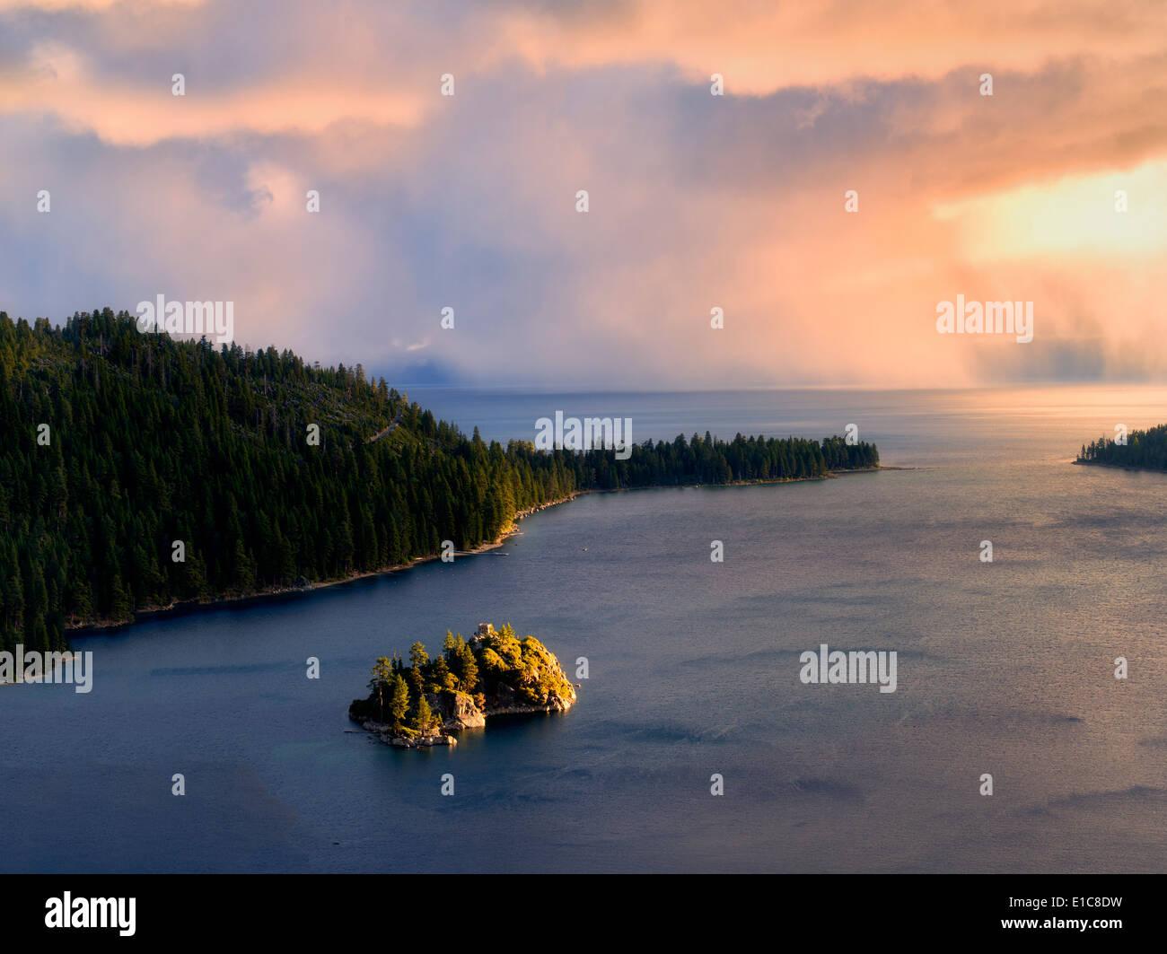 Gewitter mit Regen über Emerald Bay und Fannette Island. Lake Tahoe, Kalifornien. Stockbild