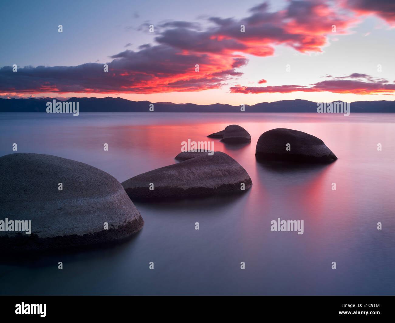 Sonnenuntergang am Schornstein Beach. Lake Tahoe, Nevada Stockbild