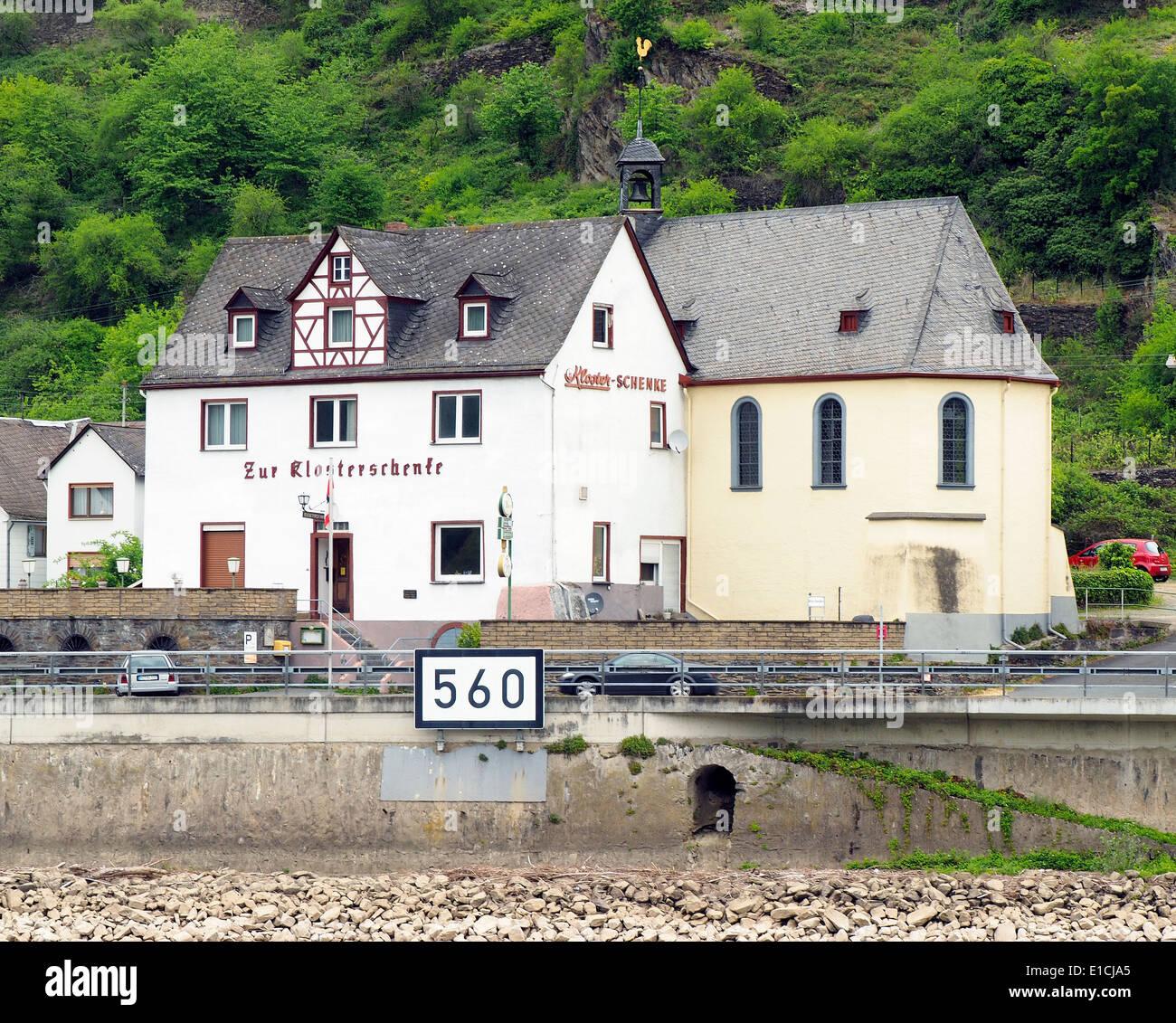 Zur Klosterschenke, dass ist eine Kirche, die hinter einer Bar ...