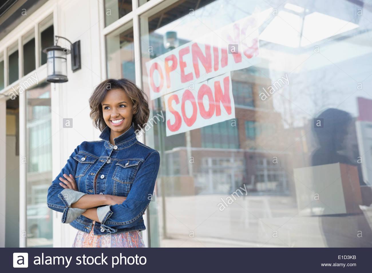 Unternehmer, die am neuen Schaufenster stehen Stockbild