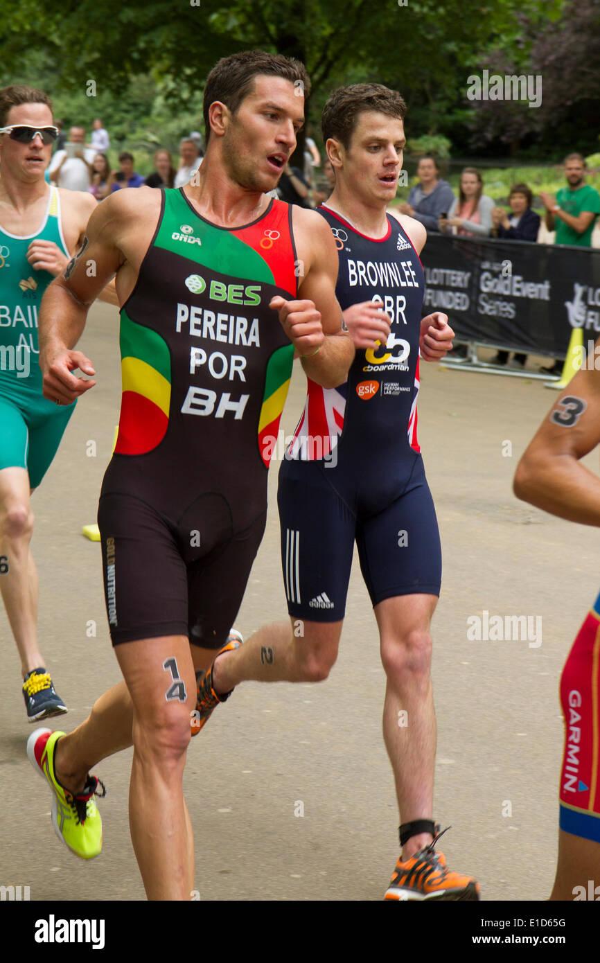 Joao Pereira (Portugal), die auf dem dritten Platz beendet führt Jonathan Brownlee (Großbritannien) Fünfter in der Stockfoto