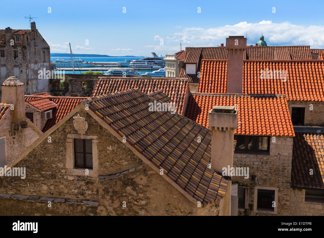 Blick über die markante orange Dächer der Stadt Split in Richtung der Insel Brac von Diokletian Palast Stockbild