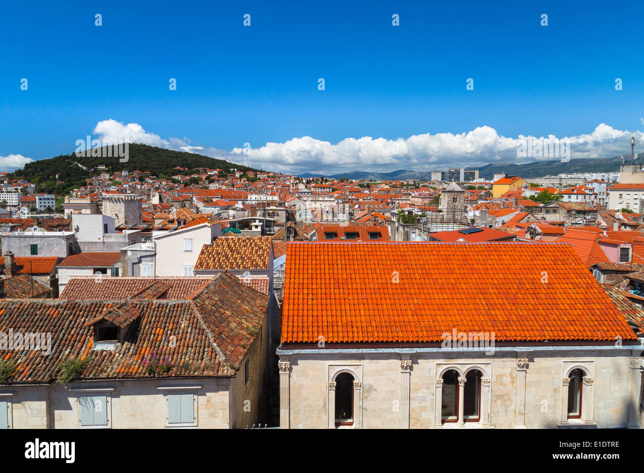 Blick über die markante orange Dächer der Stadt Split in Richtung Marjan-Hügel von Diokletian Palast Stockbild