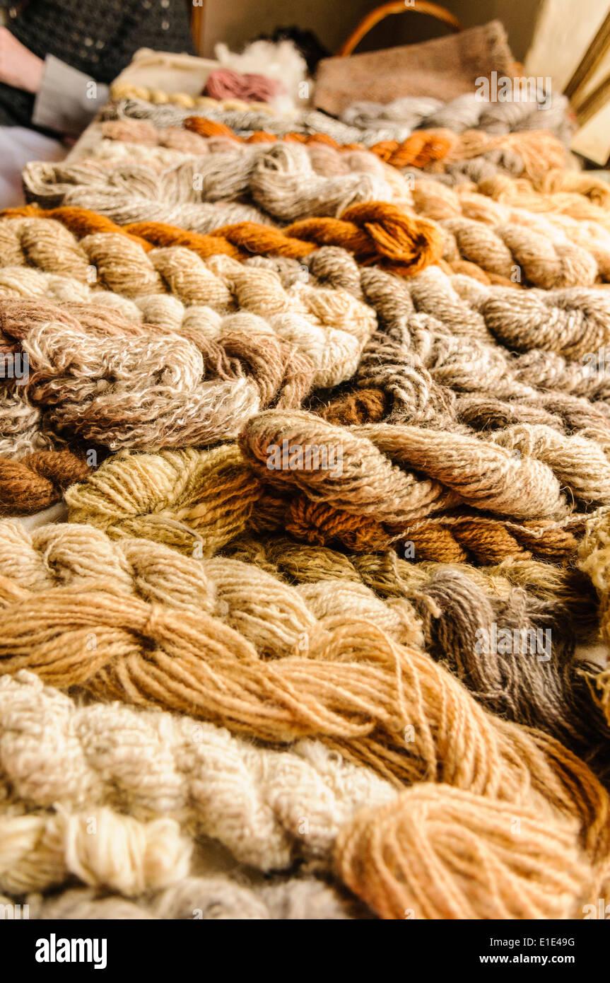 Hand-gesponnen und traditionell gefärbte Wolle Stockbild