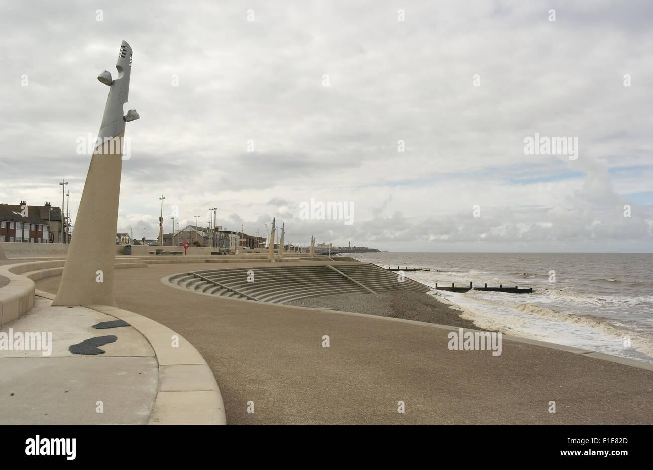 Graue Wolken sehen, Süden nach Blackpool, Trendwende Promenade mit reich verzierten Lampen und küstennah Schritte, Cleveleys, Fylde Küste, UK Stockbild