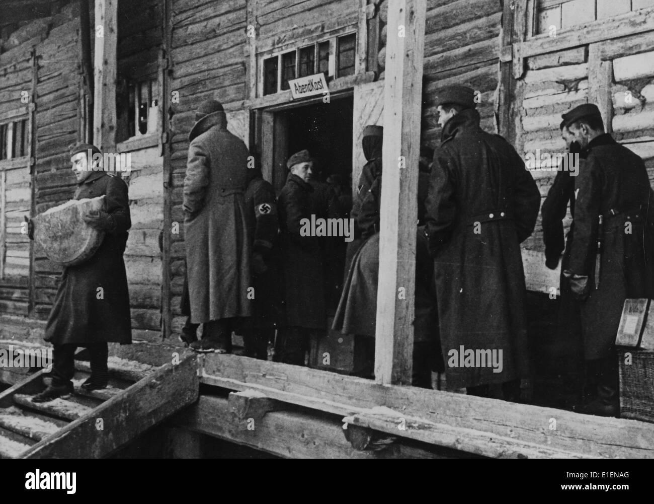 Deutsche Soldaten erhalten Nahrung, die per Eisenbahn aus
