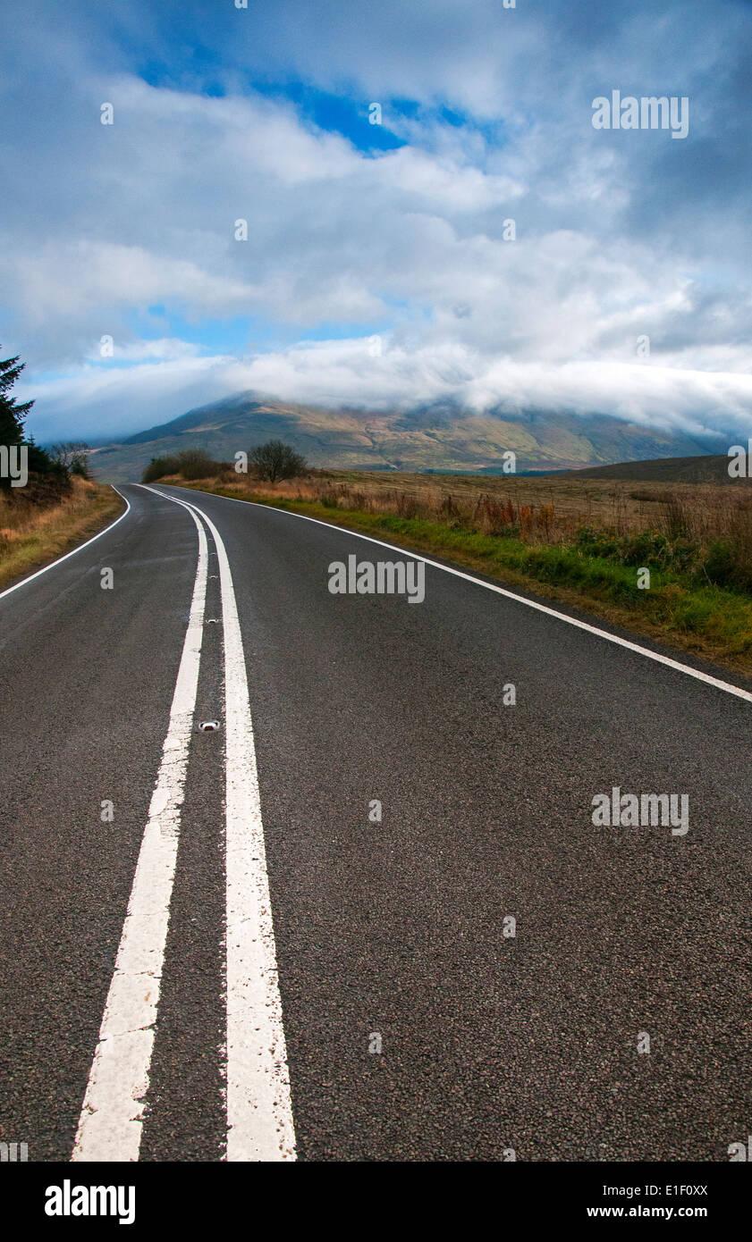 Eine Straße durch Snowdonia in Wales, UK Stockbild