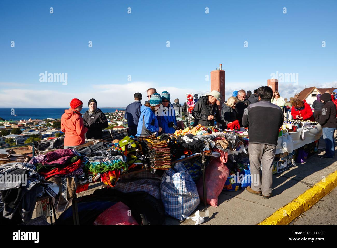 Touristen an Kunsthandwerk Stand an la Cruz Aussichtspunkt in Punta Arenas, Chile Stockbild