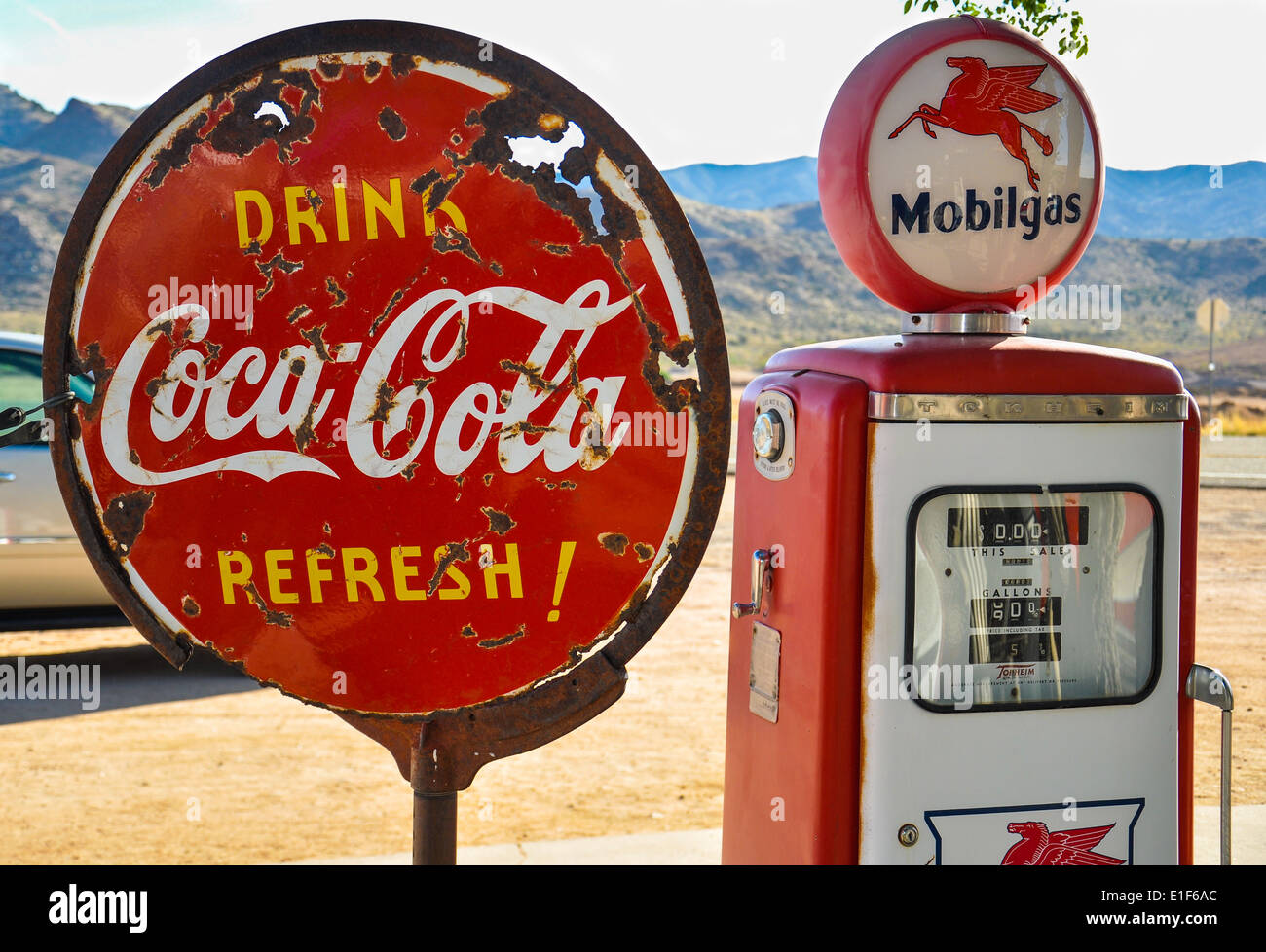 Retro Kühlschrank Zapfsäule : Red coca cola sign stockfotos & red coca cola sign bilder alamy