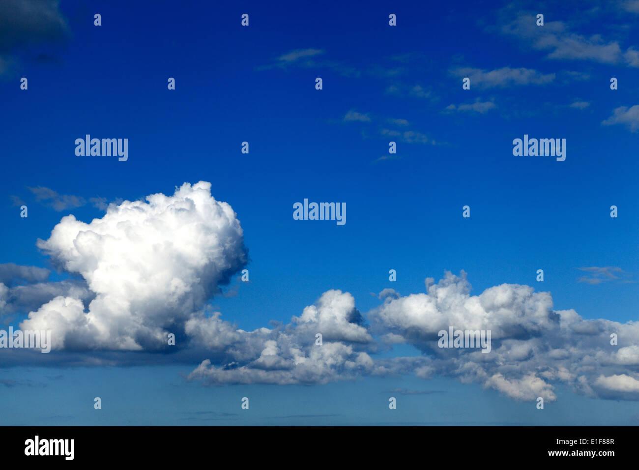 Weißen Cumulus Wolken, blauer Himmel Wolke Himmel UK Stockbild