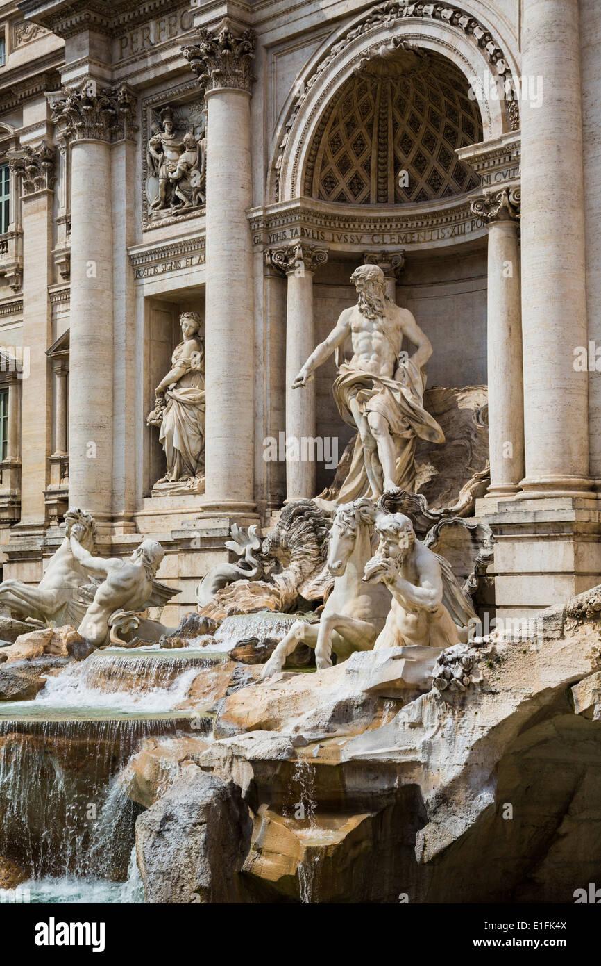 Rom, Italien. Im 18. Jahrhundert Barock-Trevi-Brunnen von Nicola Salvi entworfen. Die zentrale Figur stellt den Ozean. Stockbild