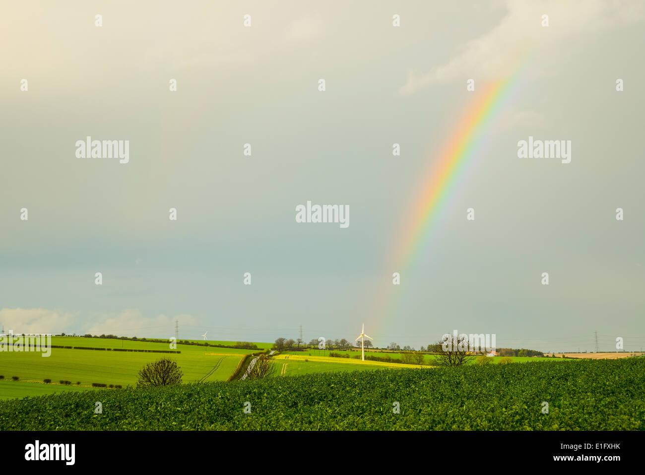 Regenbogen und Wind Turbine in der Nähe von North Newbald in Yorkshire Wolds Stockbild