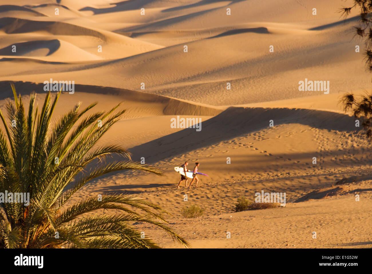 Surfer in die Dünen von Maspalomas Stockbild