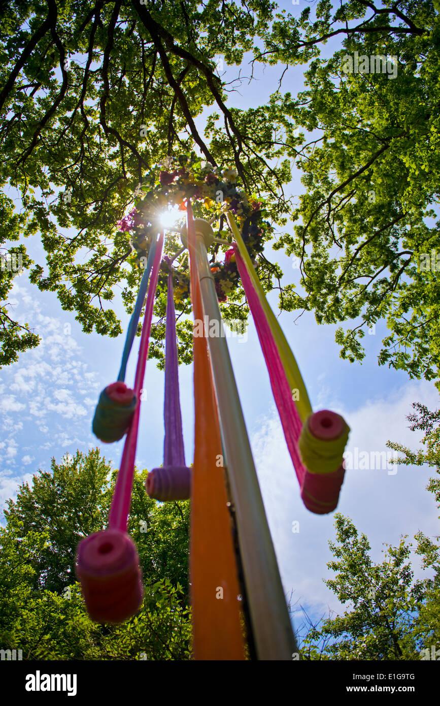 Ein Maibaum mit Bändern in der Mittagssonne Stockbild