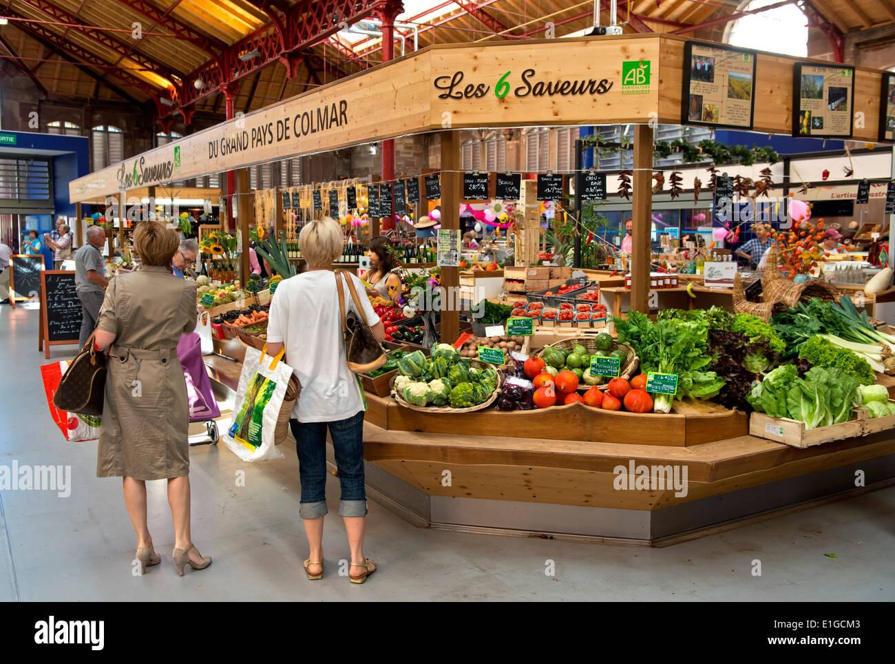 Stehen Sie für Obst und Gemüse auf dem grünen Markt in den Markt von Colmar, Elsass, Frankreich Stockbild