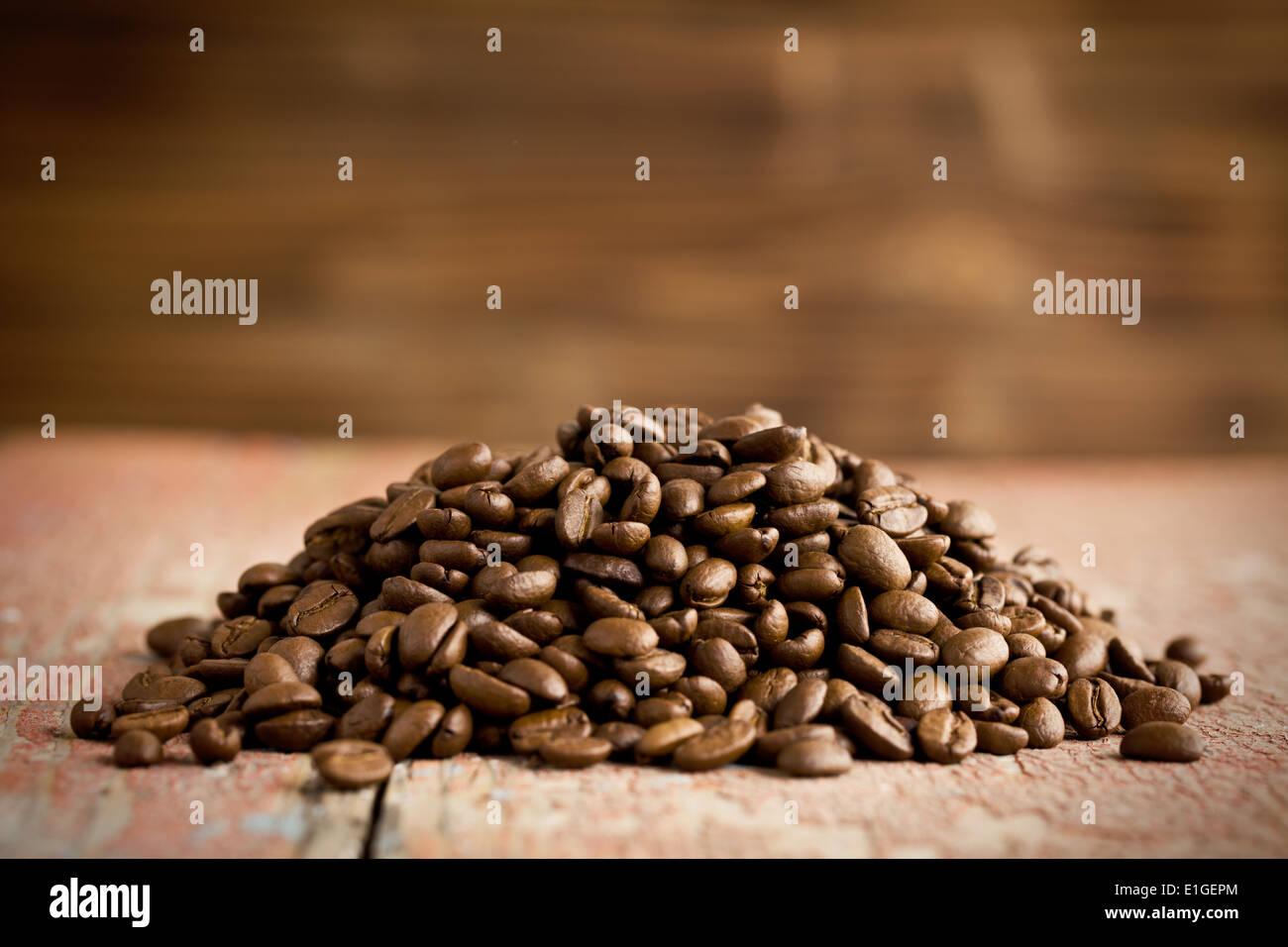 der Heap von gerösteten Kaffeebohnen Stockbild