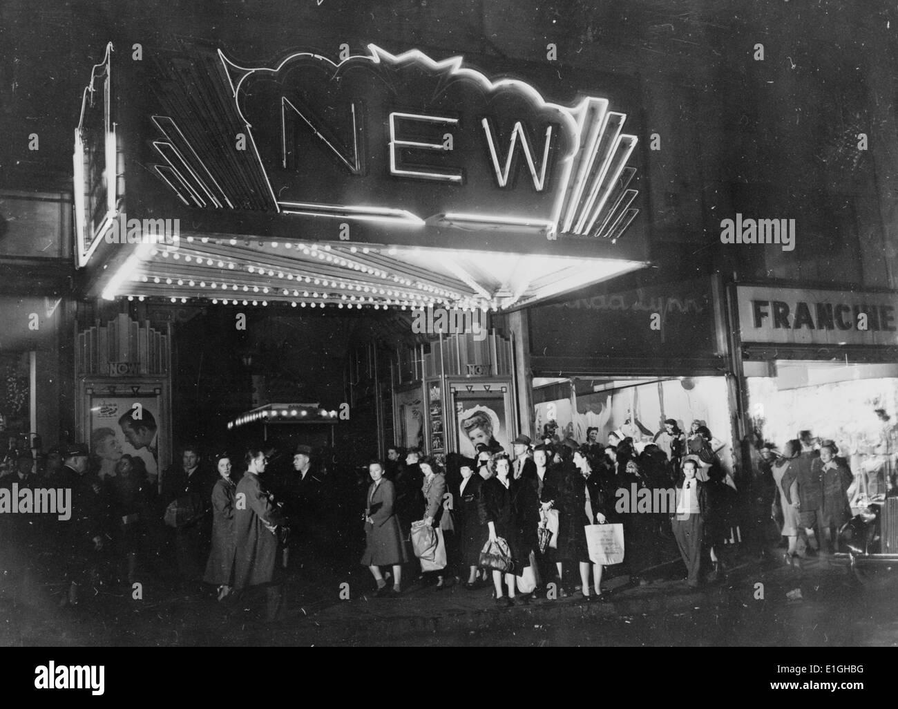 Baltimore, Maryland Donnerstagabend Shopper in einer Linie vor einem Kino 1943 Stockfoto